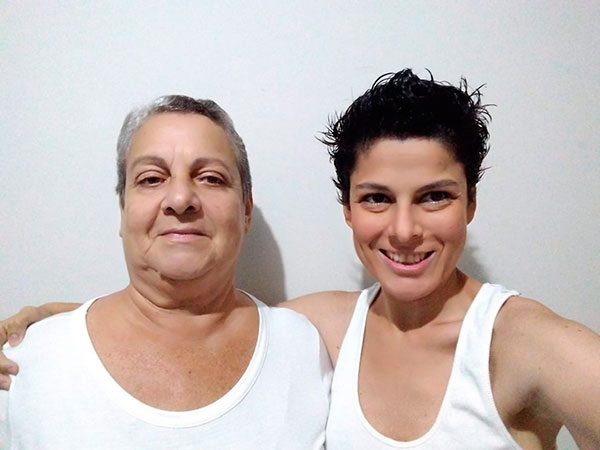 Vanessa Soares e mãe Rosalba do Nascimento, que usa o óleo, vão à justiça para poder cultivar a planta