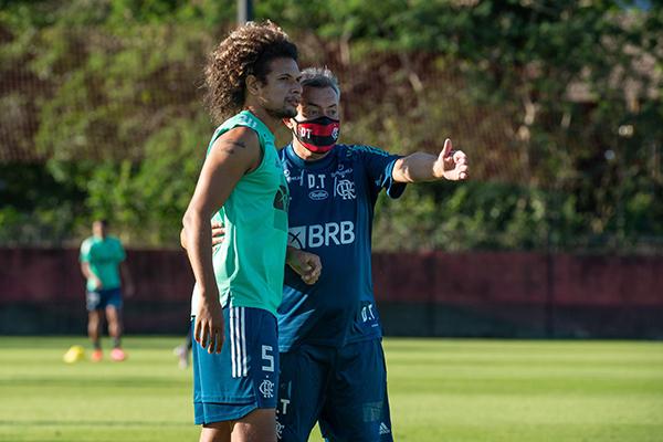 O treinador Domènec Torrent assumiu o comando no Flamengo e já iniciou os treinamentos