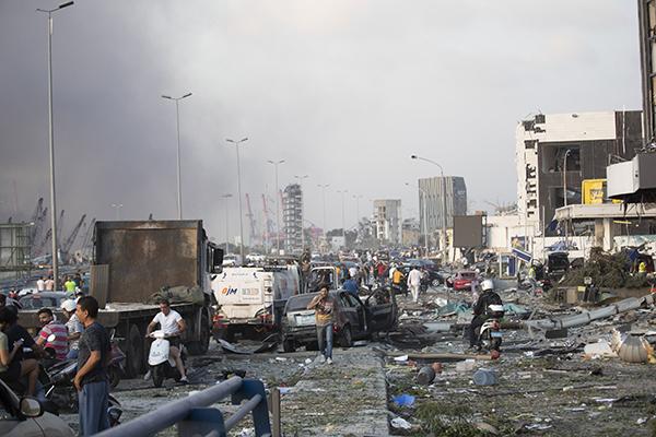 Moradores de Beirute circulavam pelas ruas da cidade cobertas de escombros