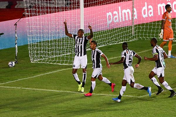 O atacante Cléber mostrou oportunismo, ontem em Pituaçú e fez o gol da conquista cearense