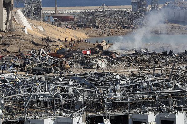 Em Beirute, destruição causada por duas fortes explosões que atingiram a região portuária e deixou mais 100 pessoas mortas