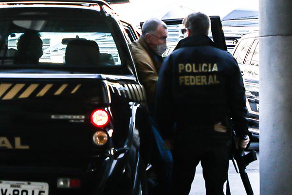 Pesquisador da Fiocruz, Guilherme Franco Netto chega ao prédio da Polícia Federal no RJ