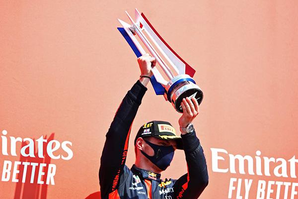 Verstappen contrariou a ordem da equipe e levantou o troféu