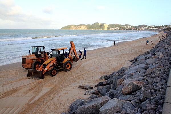 Processo de ampliação do enrocamento é necessário para proteger o passeio público e impedir que o avanço do mar destrua a estrutura de quiosques e fiação elétrica, além da instalação hidráulica