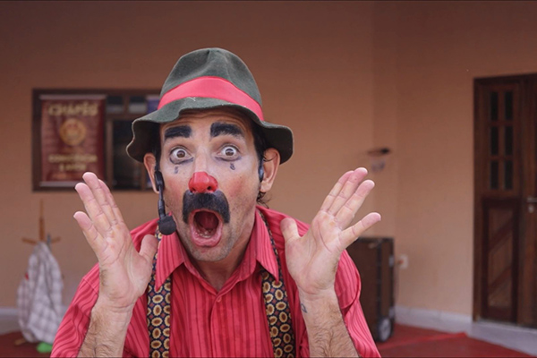 O Palhaço Piruá,  personagem do ator Rodrigo Bruggemann, continua fazendo palhaçadas na internet