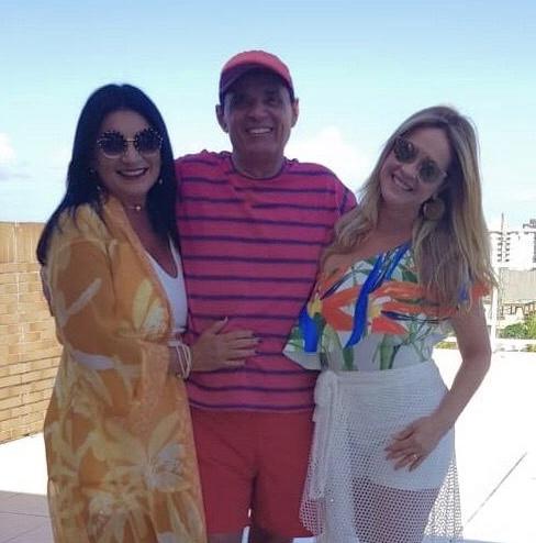 A dentista Noya Dias é recebida pelo primo Anselmo Dias e sua esposa, a médica Anaísa Dias, em seu AP de veraneio, na praia de Pirangi