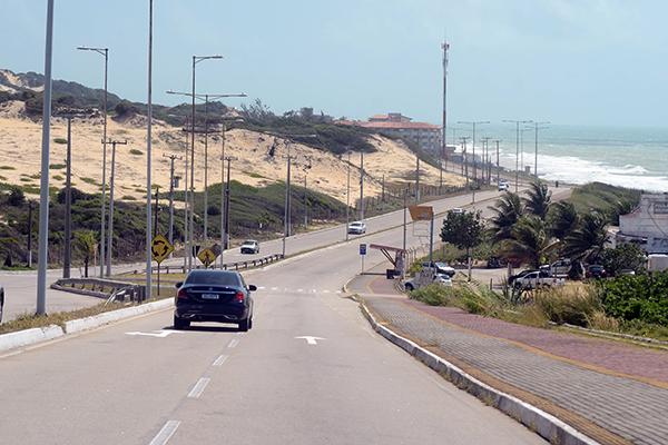 Via Costeira abriga os maiores hotéis da cidade e falta de radares é risco para turistas e moradores