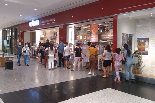 Loja está com promoções em todos os produtos. Consumidores fazem fila para aproveitar descontos