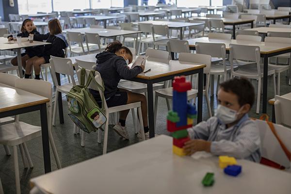 Estudantes retornam às aulas na Escola internacional J.H.Newman, em Madri, na Espanha