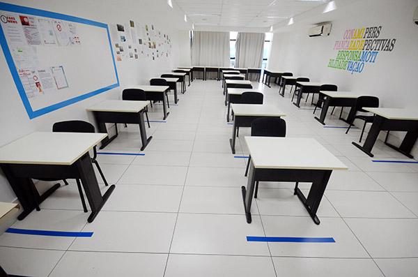 Colégio CEI Romualdo está nos preparativos finais de montagem das salas para a reabertura às atividades presenciais no próximo dia 15, com sistema híbrido de ensino