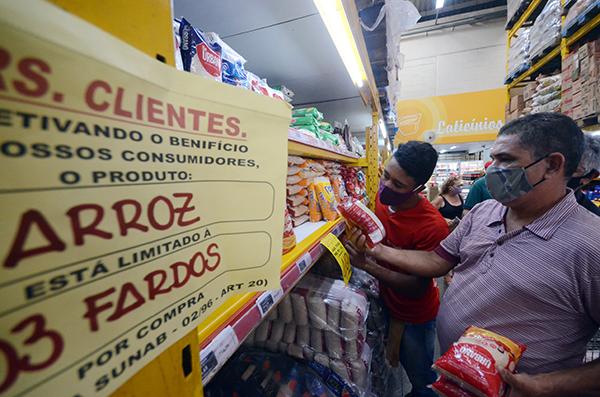 Dentro da Ceasa, alguns lojistas limitaram a venda de arroz para evitar desabastecimento