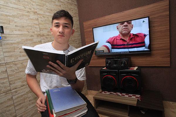 Victor Matheus, de 15 anos, tenta reforço em cursinho pela web