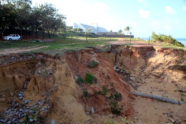 Faixa de terra que se estende por quase toda a área do antigo clube está em processo de erosão