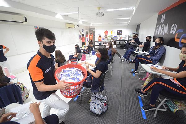 Grêmio Estudantil distribuiu máscaras aos alunos de toda a escola