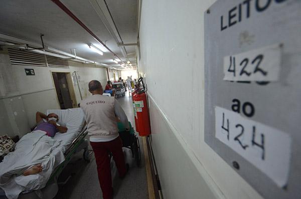 Pelos corredores e enfermarias do maior hospital de urgência e emergência do Rio Grande do Norte, o Monsenhor Walfredo Gurgel, pacientes aguardam a convocação para cirurgias eletivas diversas