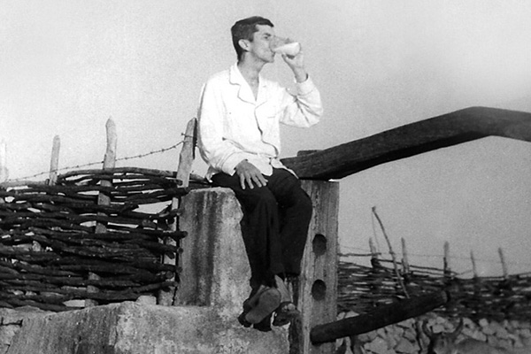 Arcebispo Dom Nivaldo Monte bebendo leite na fazenda Serra Branca