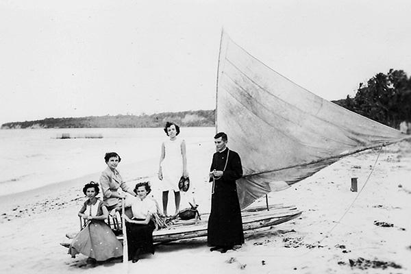 Dom Nivaldo Monte em Ponta Negra com membros da Ação Católica