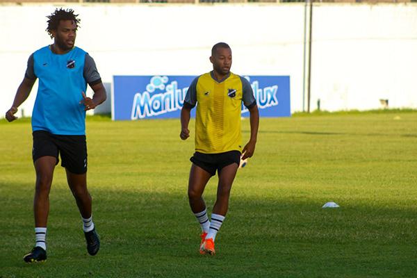 Atacante Lelê, com passagem pelo América e cujo futebol agrada ao treinador abecedista, pode ser uma das novidades da equipe hoje diante do Itabaiana, em Sergipe
