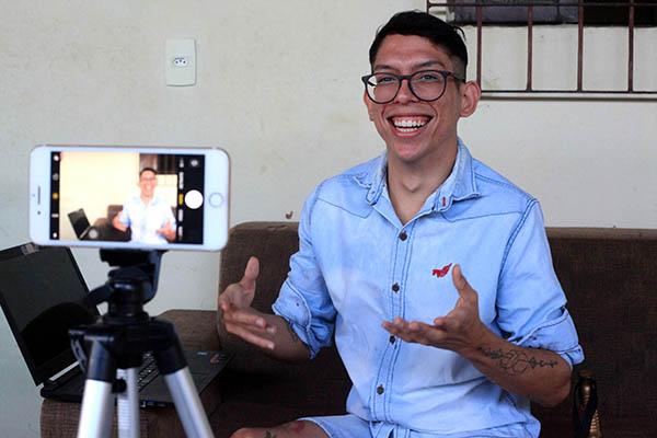 Ivan Baron tem paralisia cerebral desde os três anos de idade. Se tornou influenciador digital