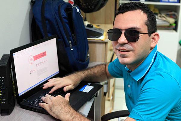 Rafael Ribeiro, que tem deficiência visual, preside o Conselho Regional de Psicologia do RN