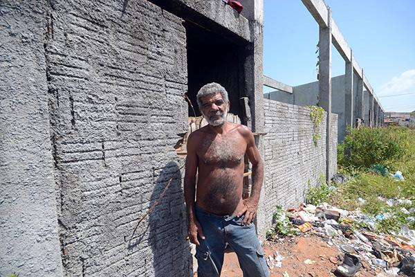 José Maria da Silva, 50 anos, ocupa uma das edificações construídas e abandonadas no Maruim