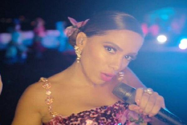 Cantora Anitta apresentou seu novo sucesso Me Gusta na premiação