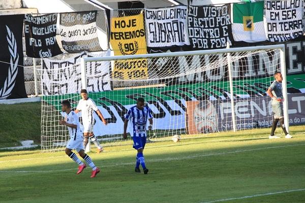 Jailson marcou o primeiro gol do jogo