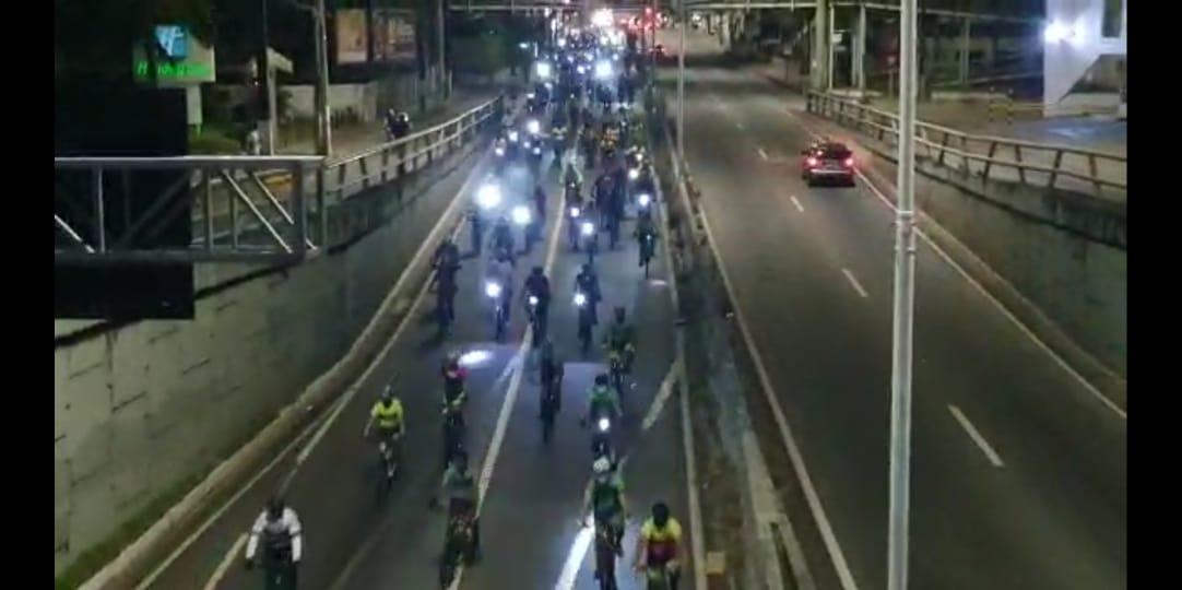 Manifestação na altura do viaduto do Quarto Centenário; cerca de 300 ciclistas participaram do ato