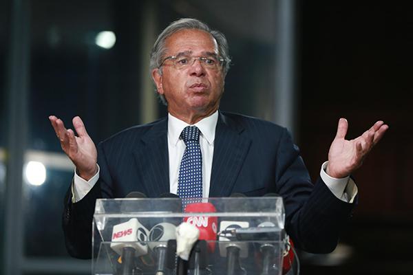 """Paulo Guedes afirma que aumentar gastos """"para fazer política"""" iria retirar a principal âncora fiscal"""