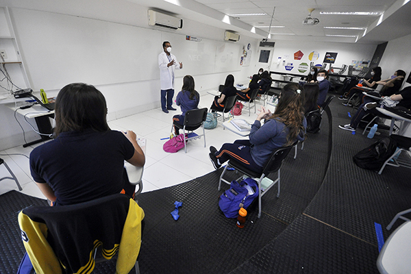 Escolas têm adotados regras sanitárias para evitar proliferação da covid-19