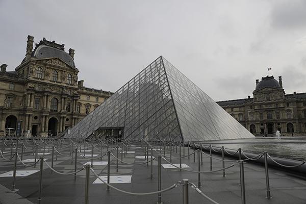 Pátio vazio do Museu do Louvre, em Paris, que deve ficar em toque de recolher por seis semanas