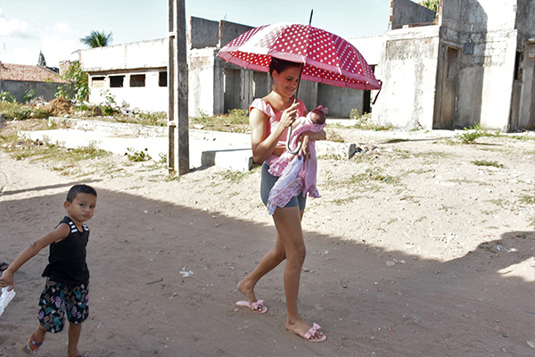 Raíssa Medeiros se desloca quase 4 quilômetros para conseguir atendimento CD para os filhos