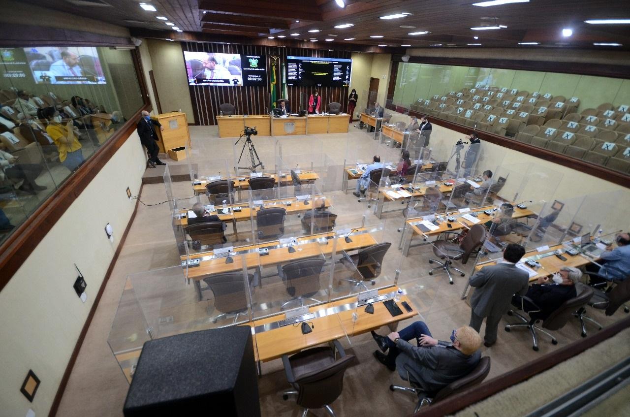 Sessão ocorreu em formato híbrido, com deputados participando da votação no plenário e também de maneira remota