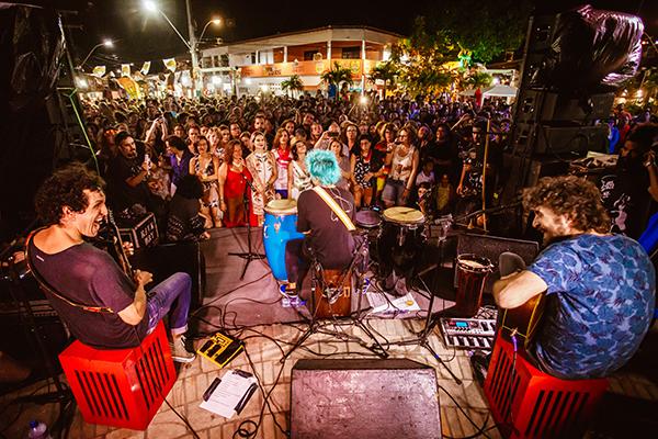 O Fest Bossa & Jazz é um dos eventos potiguares que melhor soube se adaptar às restrições. Sem poder contar com o público, como em anos anteriores, adotou o virtual, depois híbrido e agora fará drive-in