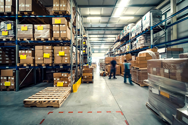 Indústrias relatam dificuldades para adquirir itens como papelão, plástico e aço, o que tem levado algumas a postergar entregas