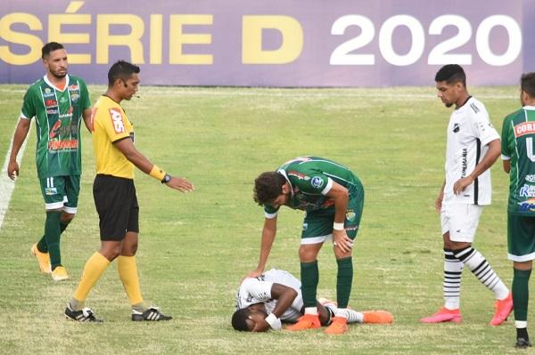 O meia João Paulo sofreu um estiramento muscular e deixou o gramado sentindo muitas dores. O atleta fez tratamento com gelo