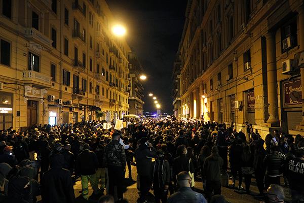 Manifestantes protestaram contra o toque de recolher e saíram às ruas no centro histórico de Roma