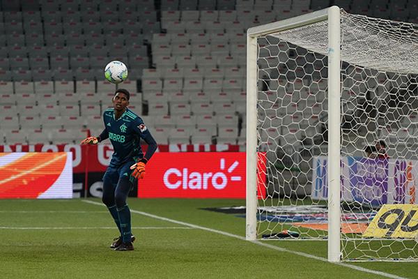 O goleiro Hugo foi o destaque do Flamengo no jogo e defendeu até uma penalidade em Curitiba