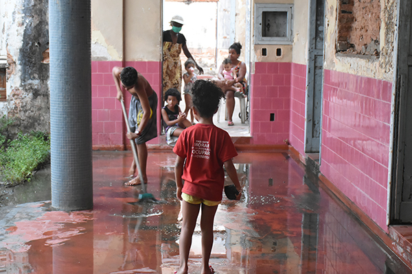 Integrantes das 60 famílias que ocuparam o prédio o batizaram de Ocupação Emmanuel Bezerra