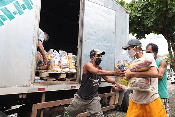O Governo do Estado Já entregou cestas básicas para 30 mil famílias carentes. Mais 30 mil kits serão entregues nos próximos meses