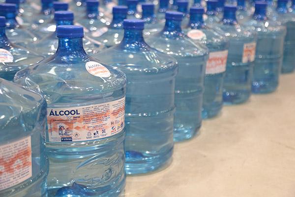 Material de higiene, como o álcool liquido, foram arrecadados juntos a diversas empresas e distribuídos em kits a entidades e comunidades