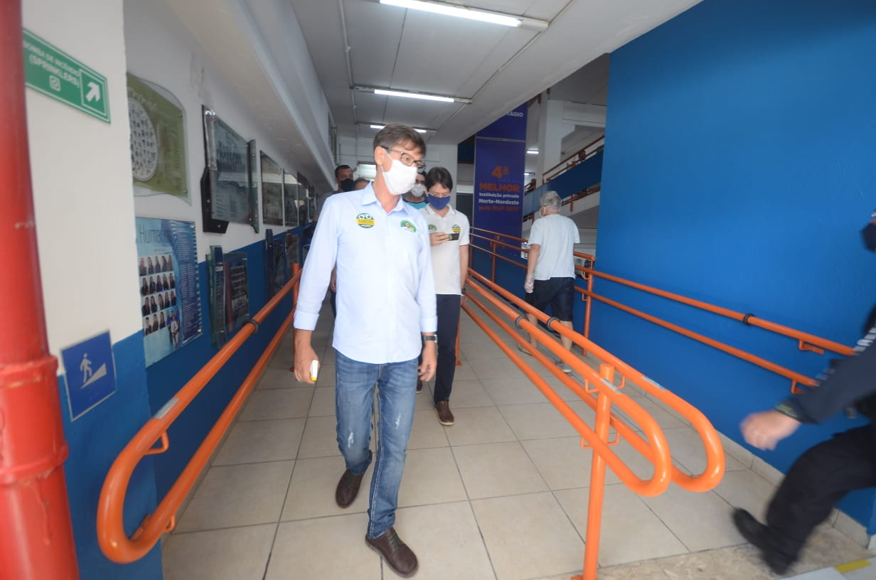 Leocádio se recusou a conversar com equipe de reportagem da TN, tentou agarrar telefone de repórter e retirou máscara de fotógrafo