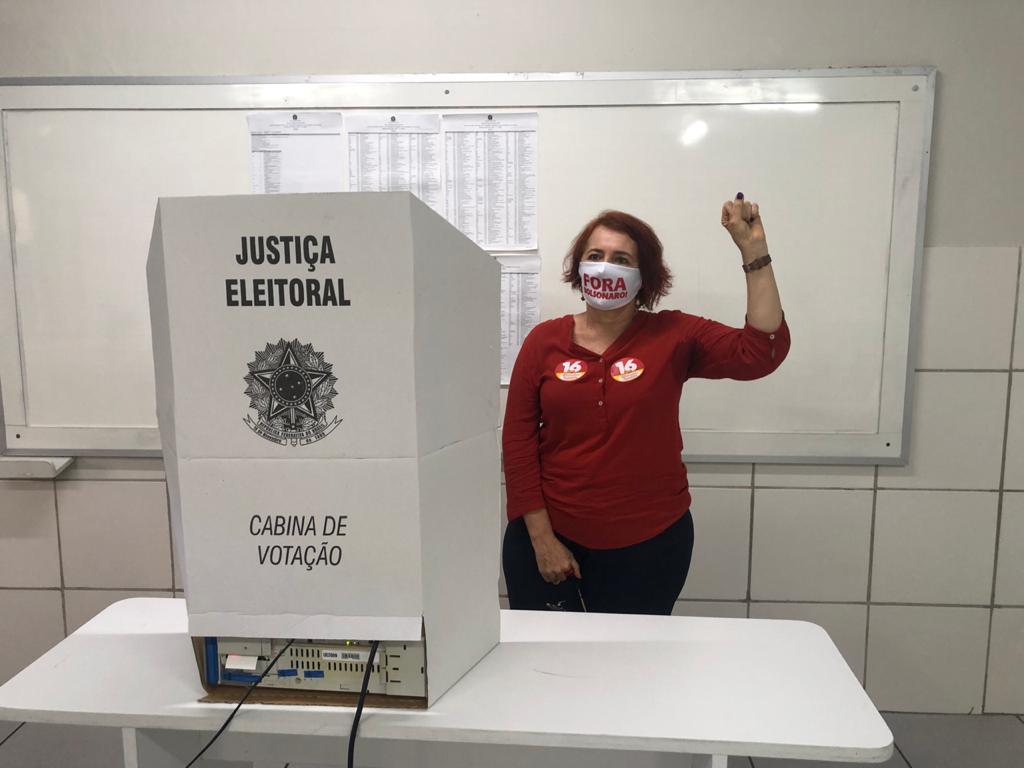 Rosália Fernandes usou uma máscara com mensagem pedindo saída de Bolsonaro