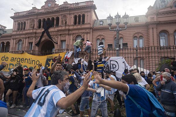 Em frente à Casa Rosada os fãs de Maradona iniciaram um tumulto tentando se aproximar