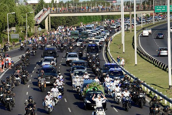 O cortejo fúnebre, que percorreu várias ruas da cidade de Buenos Aires, reuniu uma multidão