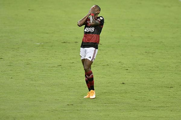 Sem Gabigol e Pedro, Vitinho foi o escolhido por Ceni para iniciar o jogo, mas perdeu gol feito após receber receber passe de Arrascaeta