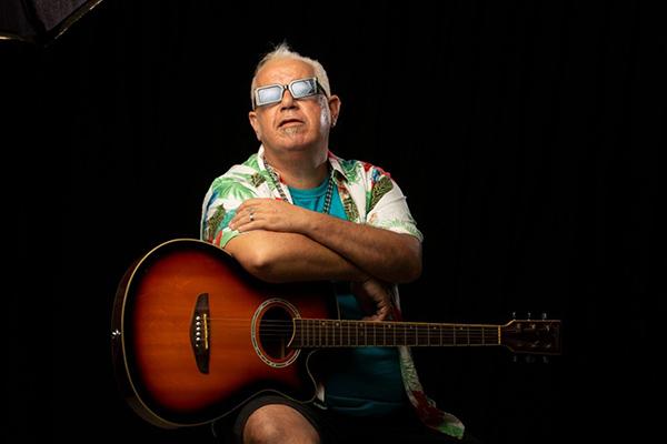 O cantor e compositor Paulo Souto festeja seus 50 anos, com 30 dedeicados à música