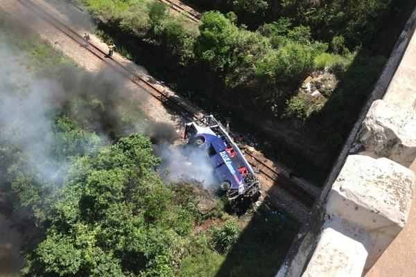 Ônibus caiu de cima da ponte entre os municípios de João Monlevade e Bela Vista de Minas