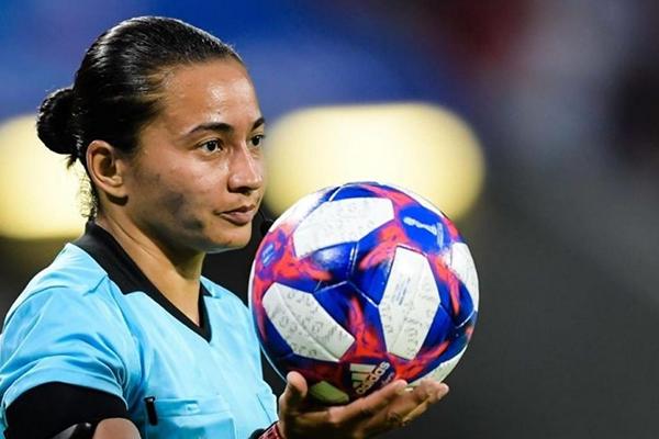 Edina fez história no mês passado quando fez parte do primeiro trio de arbitragem feminino a trabalhar em um jogo oficial da Fifa
