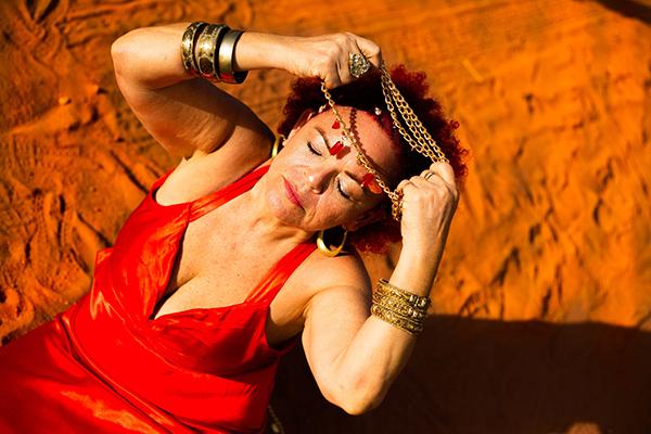 Tiquinha aborda ancestralidade, família, espiritualidade e cultura popular